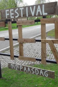VIDEO: Worst voor Heilige Clara moet Fier! een paaszonnetje geven in Hilvarenbeek