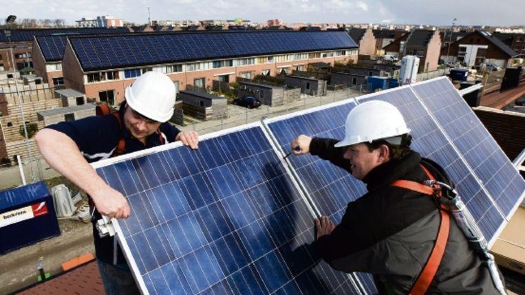 De subsidiepot voor particulieren om zonnepanelen op het dak te zetten, is altijd erg snel leeg. Stichting Urgenda doet er wat aan: het maakt de panelen gewoon een stuk goedkoper. (Trouw) Beeld Lex van Lieshout