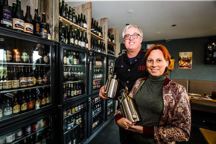 Vicky en Kevin Vandromme van restaurant Heerlijk bieden meeneembier op tap aan.