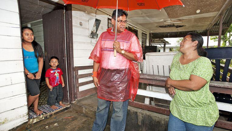 Chan Santokhi, leider van de Vooruitstrevende Hervormings Partij (VHP) en lijsttrekker van het oppositieverbond V7 op verkiezingstour in Lelydorp bij Paramaribo. Beeld Guus Dubbelman / de Volkskrant