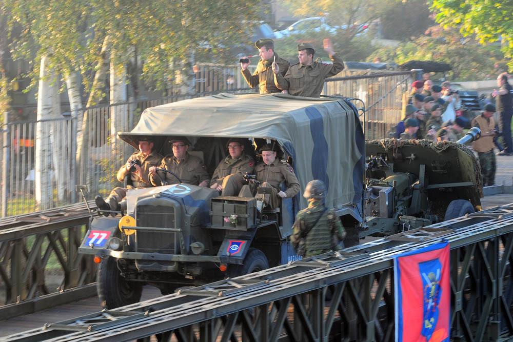 In september 2019 trekken honderden oude legervoertuigen van de Belgische grens via Brabant naar Arnhem.