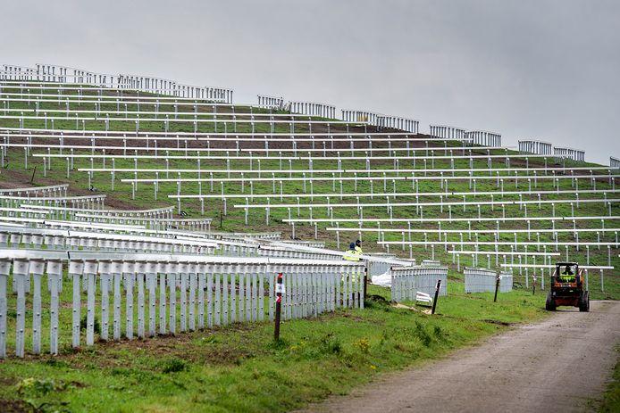 BREDA - Het werk vordert gestaag aan het zonnepark Bavelse Berg.