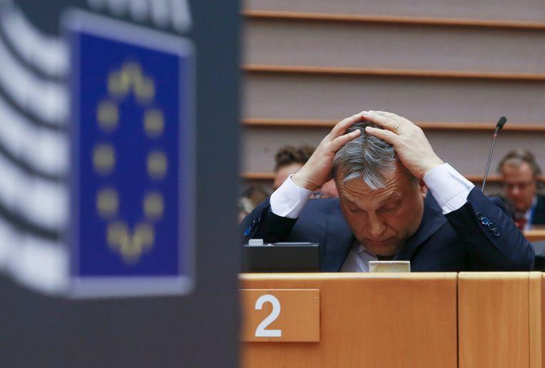 De Hongaarse premier Viktor Orbán gestures bij een plenaire sessie van het Europees Parlement in Brussel, 26 april 2016. Beeld EPA