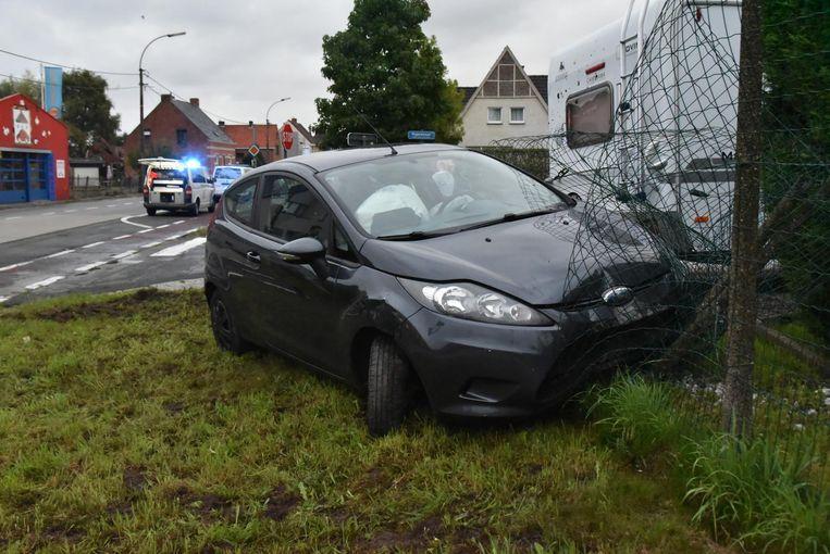 De auto kwam tegen de omheining van een tuin terecht.