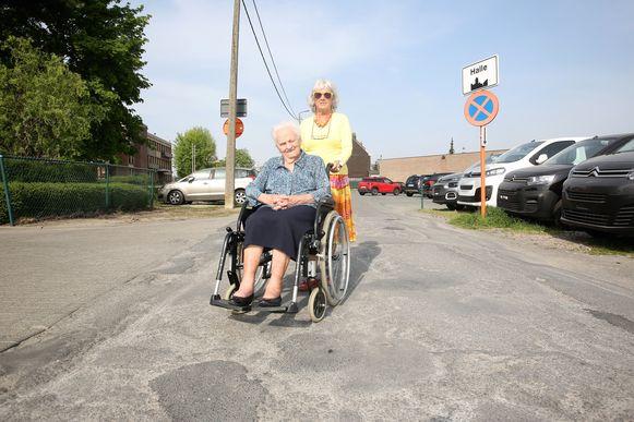 Tine Vanvolsem met haar moeder Ludovica aan de tweede toegang van seniorie De Maretak in de Fabriekstraat die ze intussen zelf al omdoopte tot 'Briekabrakstraat'