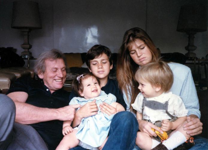 Inés Zorreguieta als dreumes (linksonder) en Máxima als puber (rechtsboven), met hun broers en vader Jorge.