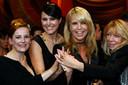 Atrcices Lies Visschedijk, Susan Visser, Linda de Mol en regisseur Wil Koopman na de winst van de Televizier Ring van Gooische Vrouwen in 2009.