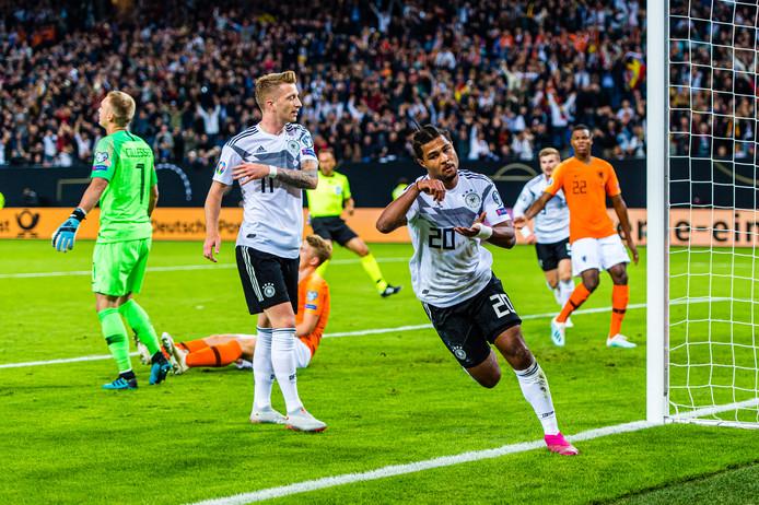 Serge Gnabry (nummer 20) scoort de 1-0 tegen het Nederlands Elftal.