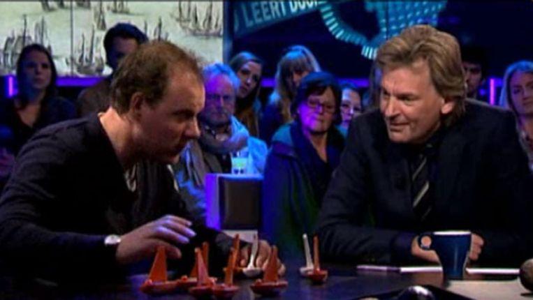 Martijn Manders legt aan Matthijs van Nieuwkerk uit hoe Nederland omgaat met de honderden scheepswrakken die overal ter wereld nog liggen. Beeld VARA/Uitzending Gemist