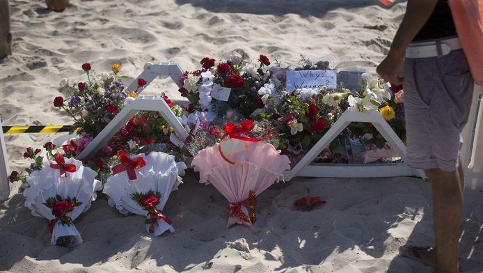 Mensen leggen bloemen neer op het plek van de aanslag vorige week