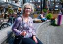 Raadslid en wijkbewoonster An de Wolf op het Muntplein in Nieuwegein. De Muntenwijk krijgt drie miljoen voor een opknapbeurt.