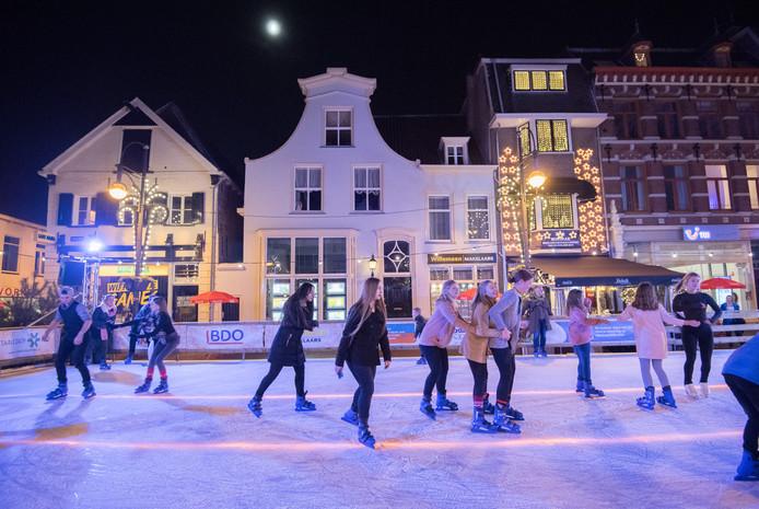 De Arnhemse jeugd had vorige winter vaak veel op de schaatsbaan op de Jansplaats.