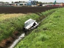 Auto rijdt in sloot op N640 bij Oudenbosch