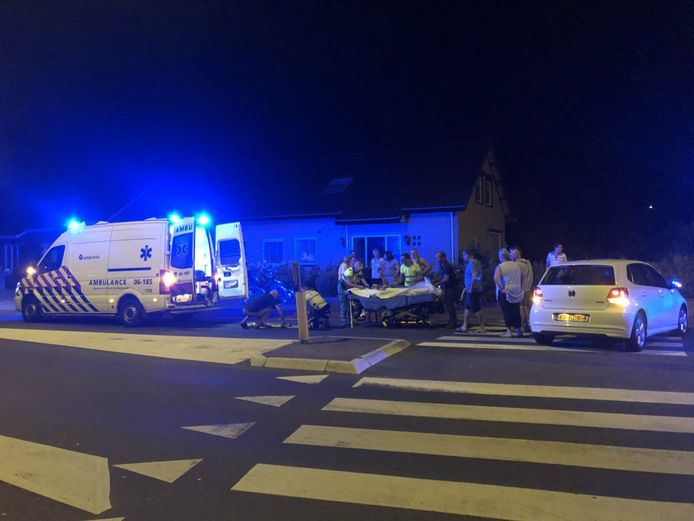 Ambulancepersoneel ontfermt zich over de gewonde man.