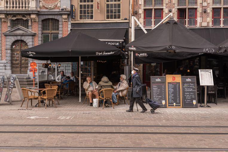 Terrasje in Gent, de fijnste stad van de wereld.  Beeld NurPhoto via Getty Images