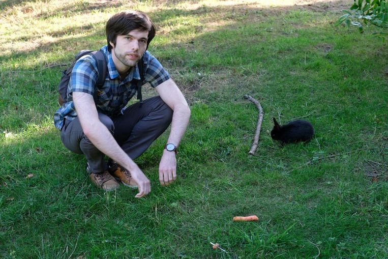 Buurtbewoner Jonas bij een gedumpt konijntje in het park.