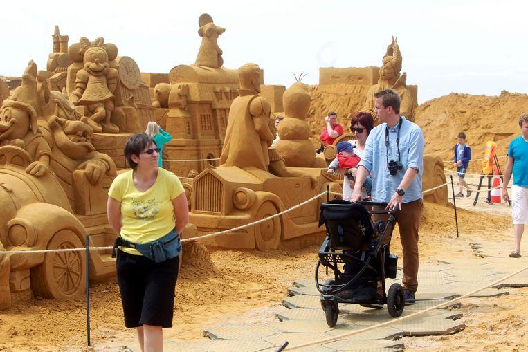 Heel wat mensen bewonderden de Disneyfiguren op het Zandsculpturenfestival.
