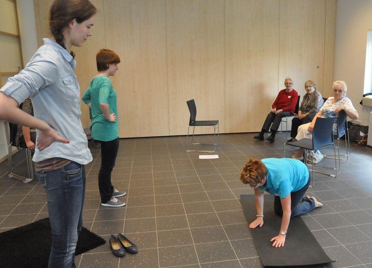 55-plussers leren een nieuwe valreflex aan.