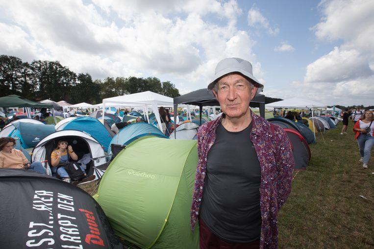 André (73) tussen de vele festivalgangers op de overvolle camping.
