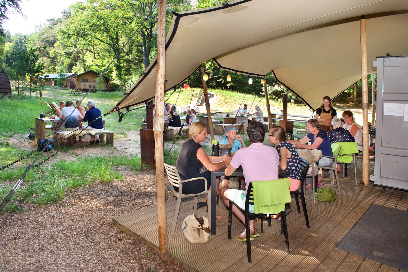175371 Velp, 18 juni 2017. Buitenplaats Beekhuizen: Woodz, mooie plek om buiten te eten met kinderen. (opdr. E. Willems)foto Marc Pluim MP dgfotoCentrale Redactie, Over de Tong