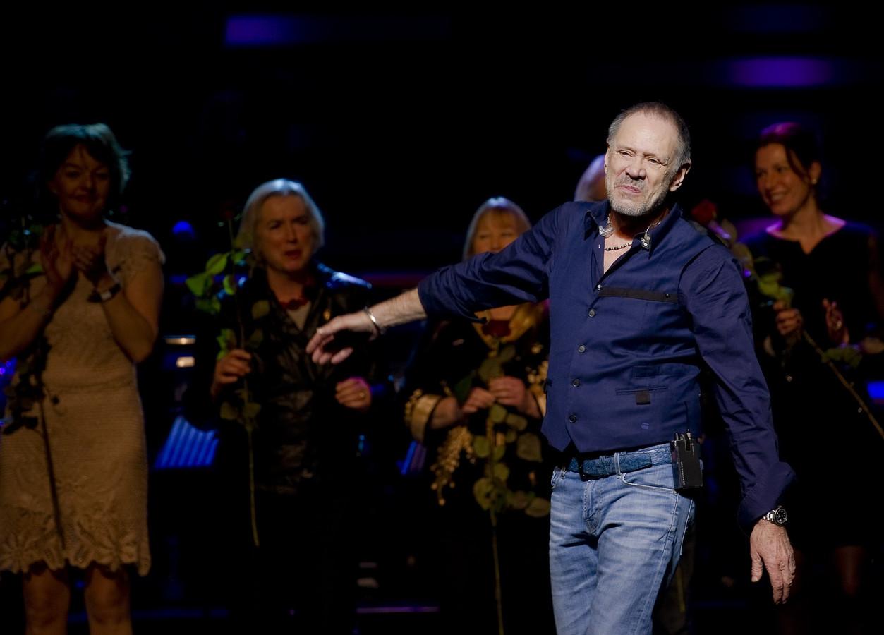 Rob de Nijs staat met muzikale vrienden op het podium tijdens de viering van zijn verjaardag in Carre. De Nijs werd 70 jaar op 26 december 2012.