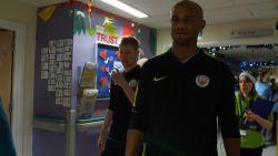 De Bruyne en Kompany bezoeken kinderziekenhuis