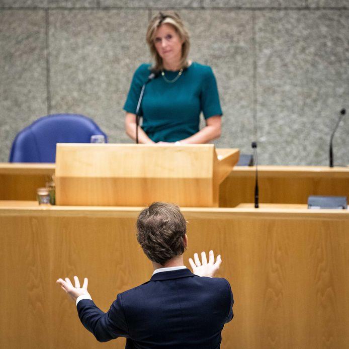 Kasja Ollongren, minister van Binnenlandse Zaken en Koninkrijksrelaties, en Ronald van Raak (SP) tijdens de voortzetting van het begrotingsdebat over Binnenlandse Zaken en Koninkrijksrelaties.