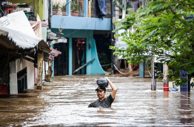Jakarta, de huidige hoofdstad, kampt met enkele problemen: er leven tien miljoen inwoners in de hoofdstad, er zijn verkeersproblemen en de metropool dreigt te verzinken.