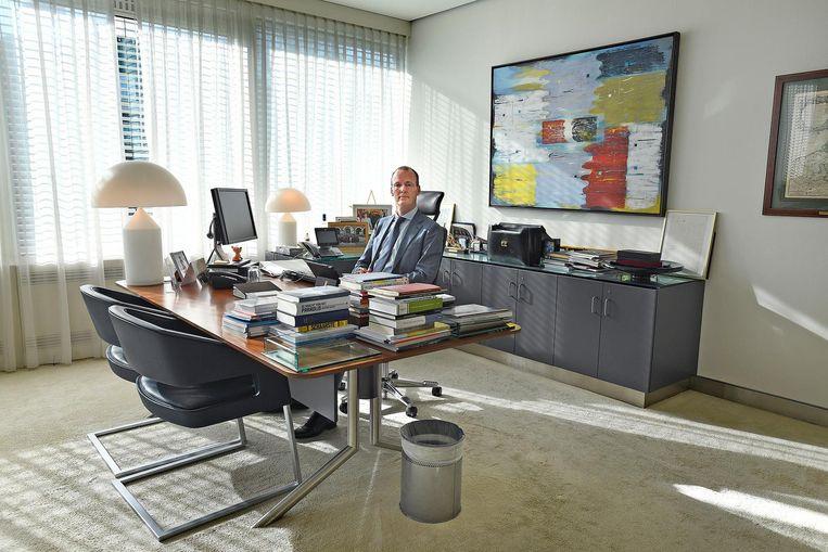 Klaas Knot in zijn kantoor. Beeld Guus Dubbelman / de Volkskrant