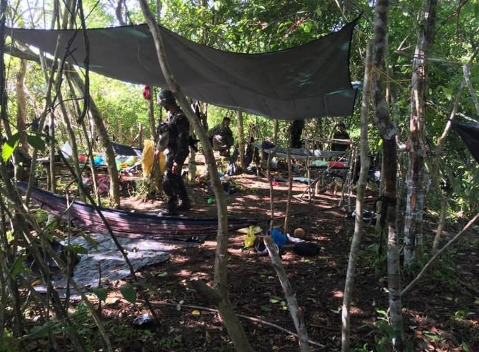 Filipijnse soldaten onderzoeken de plek waar Ewold Horn is gevonden.