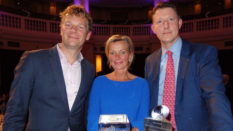 Ronald Sminia, Annette van Musscher en Ivar Roeleven van NN Investment Partners, winnaars van de Cash Innovatieprijs én een Super Award (een van de drie). Beeld -
