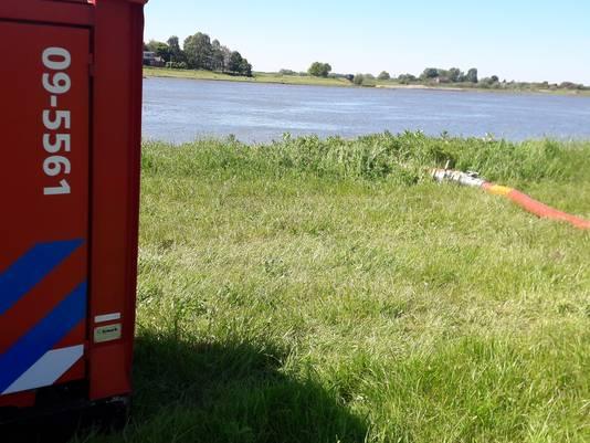 De brandweer haalt water uit de Rijn om de brand te blussen.