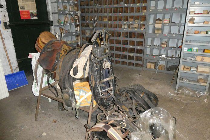 In een hoek van de smederij van Saris in Liempde liggen nog zadels en paardentuigen.