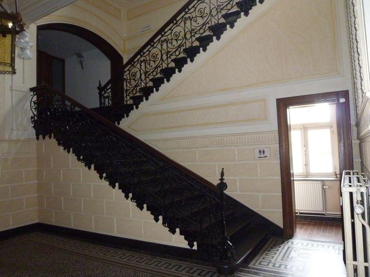 De schitterende traphal in neoklassieke stijl.