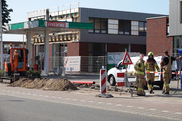 De brandweer houdt de boel in de gaten aan de Klaphekweg in Ede.