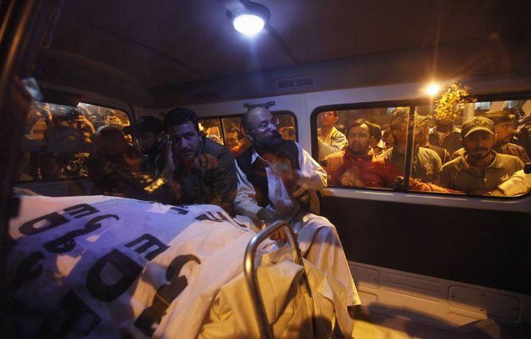 Het lichaam van Chaudhry Aslam in een ambulance na de aanslag. Beeld reuters