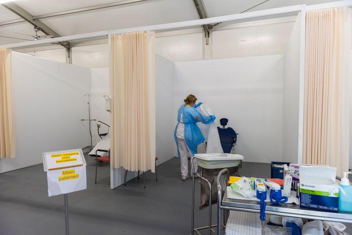 Tijdens de coronapiek had het St. Anna Ziekenhuis in Geldrop een tent neergezet, waar coronaverdachte patiënten werden ontvangen.