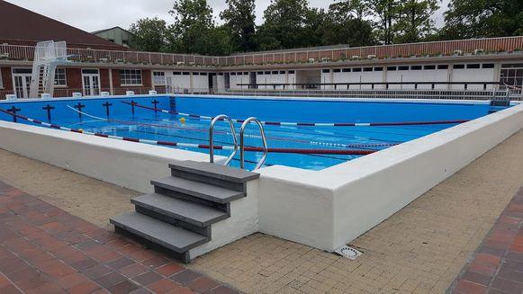 Het openluchtbad Abdijkaai in Kortrijk biedt een troosteloze aanblik, nu zo goed als het hele bassin van het 25-meterbad is leeggelopen.