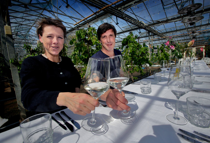 Esther Noot en Edwin Esmeijer in hun pop-up restaurant opgezet in een broeikas.