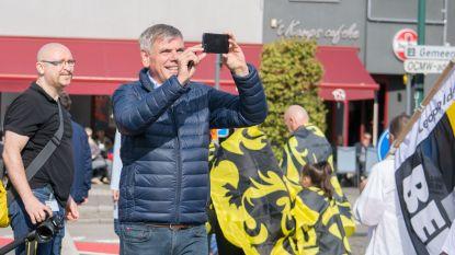 Ruim 100 mensen betogen samen met Filip Dewinter tegen opening asielcentrum Leopoldsburg