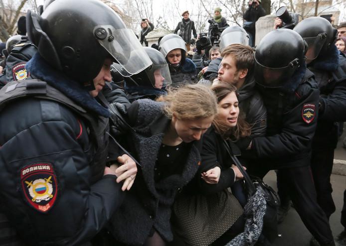 De Russisch-Canadese activist en artiest Pjotr Verzilov (rechts, naast twee leden van Pussy Riot) is halsoverkop naar een ziekenhuis in Moskou gebracht.