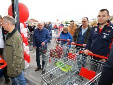 In het rustige dorp Ter Aar woedt een verhitte strijd tussen supermarkten: 'Doe iets tegen reclamebordenoorlog'