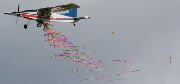 Een modelvliegtuigje dropt eieren boven het terrein van de Taxandria Modelvliegclub.