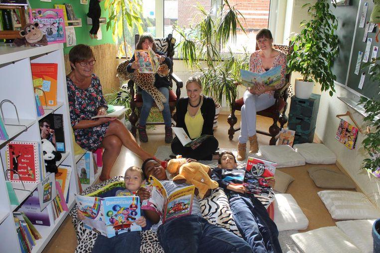 De leerkrachten en leerlingen lezen een verhaal in hun boekenjungle.