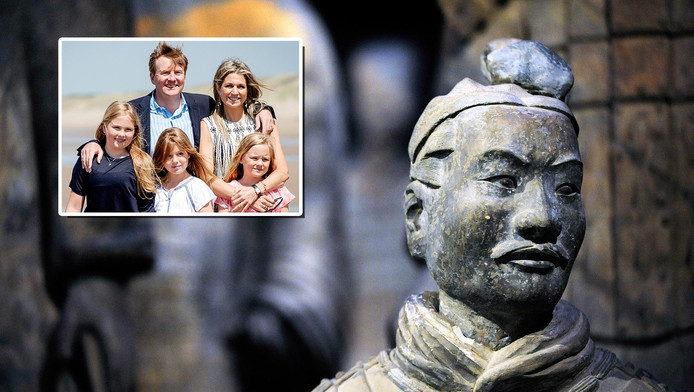 Een beeld van het terracottaleger. Inzet: het koninklijke gezin.