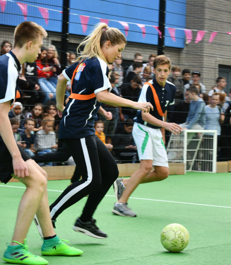 Voetbalkooi, banken en tafeltennistafel voor Revius in Wijk