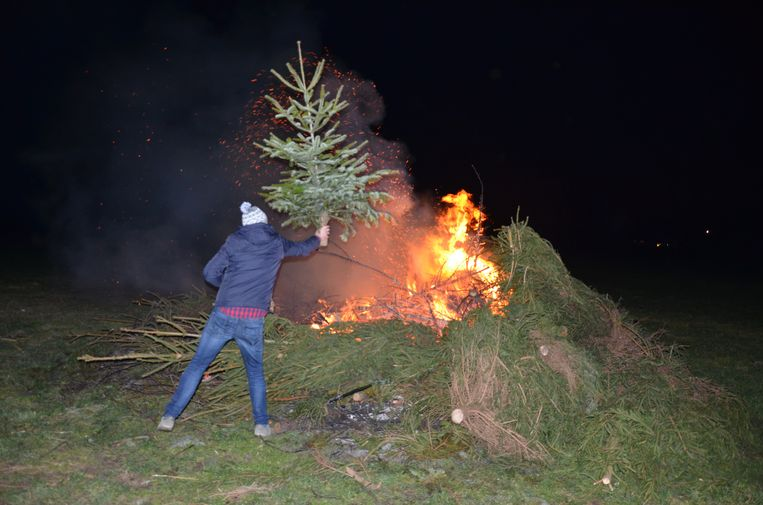 De kerstboomverbranding van de Landelijke Gilde bracht gezelligheid in de Heirbrugwijk.