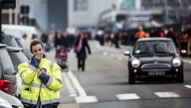 Een hulpmedewerker loopt door de straten van Brussel. Beeld ANP