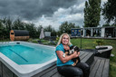 Christel Pragt bij de swim spa met haar hondje Pip.