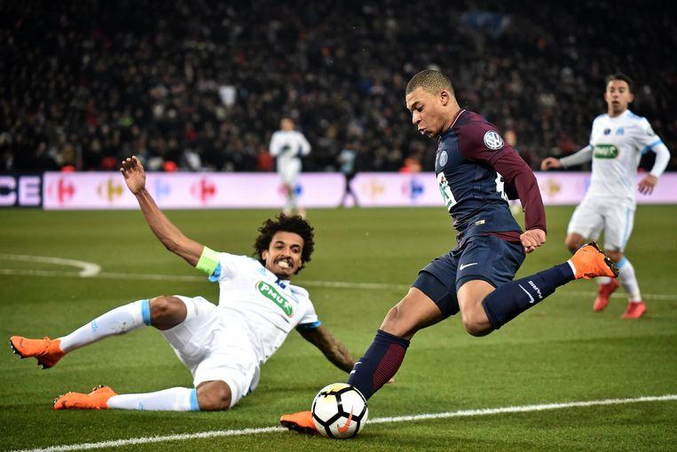 Kylian Mbappé in duel met Luiz Gustavo van Olympique Marseille. Beeld epa